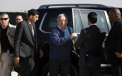 United Nations Secretary General Antonio Guterres (C) isteps out of his car during a visit to the Zaatari refugee camp on the border with war-ravaged Syria on March 28, 2017. (AFP Photo/Thomas Coex)
