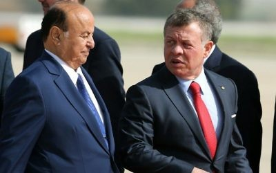 Jordan's King Abdullah II (R) welcomes Yemeni President Abedrabbo Mansour Hadi during a welcome ceremony for the latter at the Queen Alia International Airport in Amman on March 28, 2017 ahead of talks on the eve of the Arab League summit. (AFP PHOTO / Khalil MAZRAAWI)