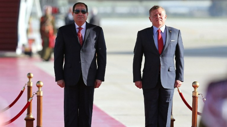 Jordan's King Abdullah II (R) and Egyptian President Abdel Fattah el-Sissi at Queen Alia International Airport in Amman on March 28, 2017. (AFP Photo/Khalil Mazraawi)