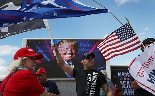 Richard Montero, center, shows his support for US President Donald Trump near his Mar-a-Lago resort home on March 4, 2017 in West Palm Beach, Florida. (Joe Raedle/Getty Images/AFP)