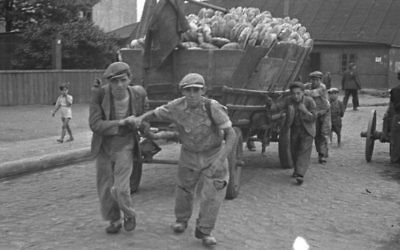 Men hauling a cart for bread distribution. (Henryk Ross/Art Gallery of Ontario, gift from the Archive of Modern Conflict/Courtesy Museum of Fine Arts)