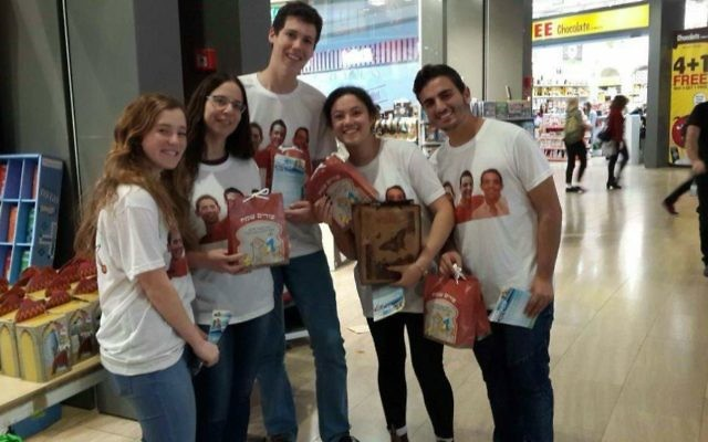 Jewish Connection project volunteers distributing Purim gift bags to Israeli travelers at Ben Gurion Airport, March 2017. (Courtesy)