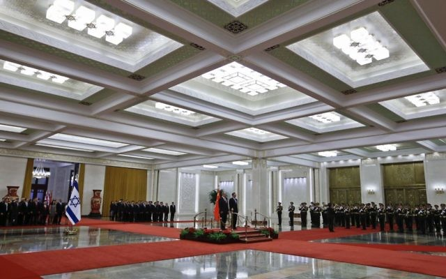 Prime Minister Benjamin Netanyahu, center left, and Chinese Premier Li Keqiang stand on the podium as they listen to the national anthems during a welcome ceremony at the Great Hall of the People in Beijing, Monday, March 20, 2017. (AP Photo/Andy Wong)