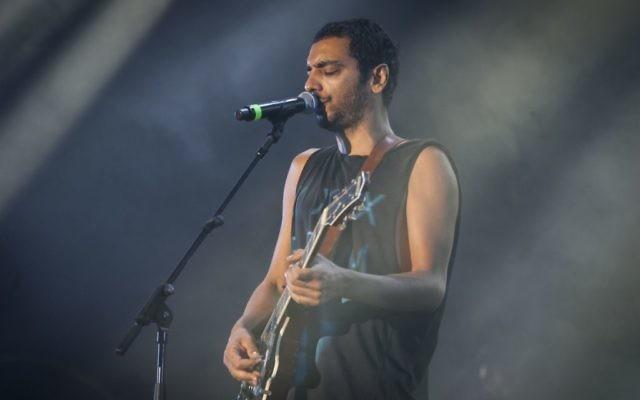 Dudu Tassa sings at a tribute concert for the late Israeli musical icon Arik Einstein in Tel Aviv on October 07, 2014.(FLASH90)