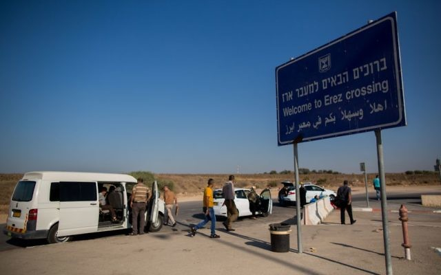 Palestinians prepare to cross from Israel into the Gaza Strip at the Erez Crossing, September 3, 2015. (Yonatan Sindel/Flash90)