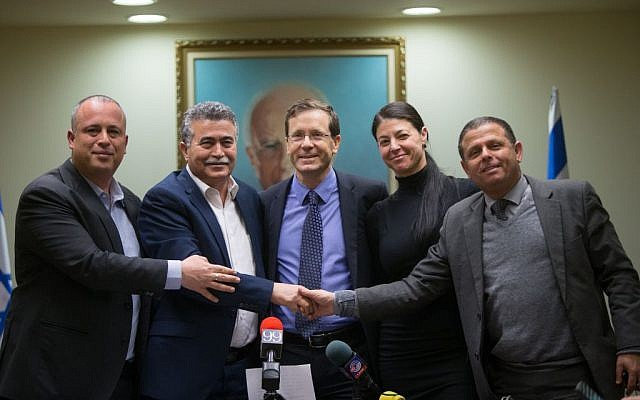 Zionist Union party chair Isaac Herzog (C) with MK Amir Peretz (2L), MK Hilik Bar (L), MK Eitan Cabel (R) and MK Merav Michaeli (2R) during a press conference welcoming Peretz back to the Labor party, February 8, 2016. (Yonatan Sindel/Flash90)