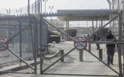 Israeli security forces at the Qalandiya checkpoint near Ramallah, on November 22, 2016 (Flash90)