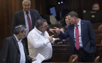 Knesset Speaker Yuli Edelstein (R) speaks with MK David Bitan at the Israeli parliament during a plenum session in the assembly hall of the Israeli parliament, January 18, 2017. (Yonatan Sindel/Flash90)