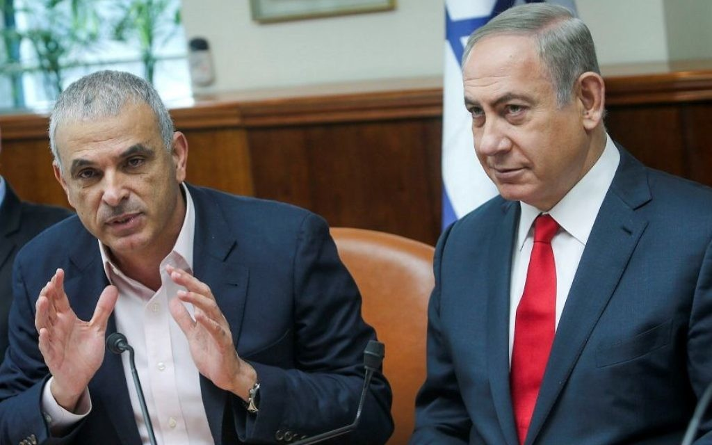 Prime Minister Benjamin Netanyahu (R) and Finance Minister Moshe Kahlon attend the weekly cabinet meeting at the Prime Minister's Office in Jerusalem on January 22, 2017. (Alex Kolomoisky/Pool)