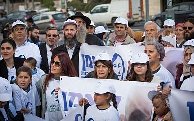 Parents and family of patients treated by the department of pediatric hemato-oncology at Hadassah Hospital, Ein Kerem, demonstrate in support of the unit's head, Prof. Michael Weintraub, near the Ministry of Health offices in Jerusalem on February 9, 2017. Photo by (Yonatan Sindel/Flash90)
