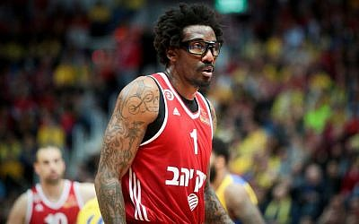 Hapoel Jerusalem basketball player Amare Stoudemire seen during the match between Maccabi Tel Aviv and Hapoel Jerusalem at the National Cup final game in Jerusalem, on February 16, 2017. (Flash90)