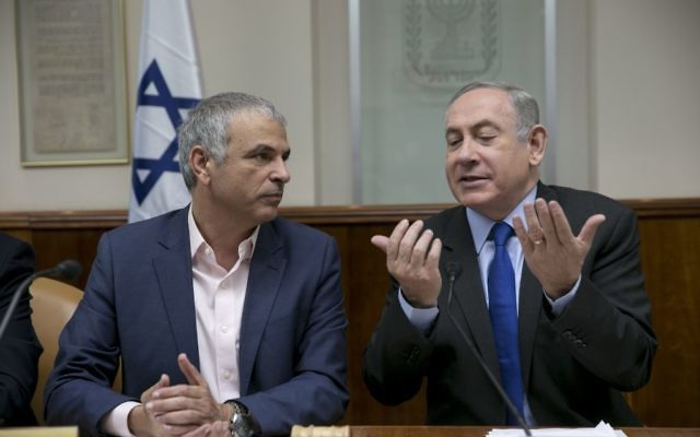 Prime Minister Benjamin Netanyahu, right, with Finance Minister Moshe Kahlon during the weekly cabinet meeting at the Prime Minister's Office in Jerusalem, February 19, 2017. (Olivier Fitoussi)