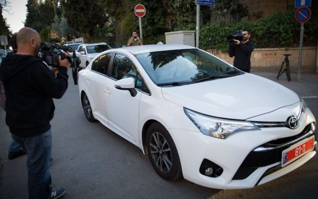 Police investigators arrive at the Prime Minister Residence in Jerusalem on March 6, 2017. (Yonatan Sindel/Flash90)