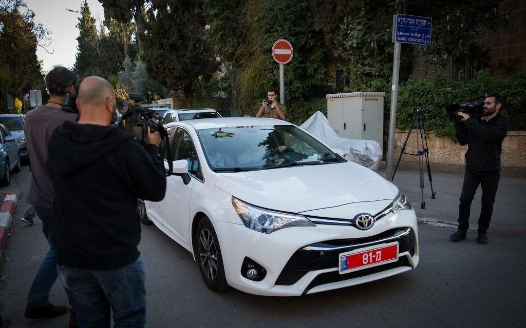 Police investigators arrive at the entrance to the prime minister's residence in Jerusalem on March 6, 2017, to interrogate Prime Minister Benjamin Netanyahu (Yonatan Sindel/Flash90)