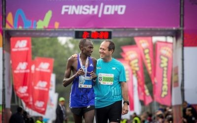 Jerusalem Mayor Nir Barkat with marathon winner Kenyan Shadrack Kipkogey on March 17, 2017. (Miriam Alster/Flash90)