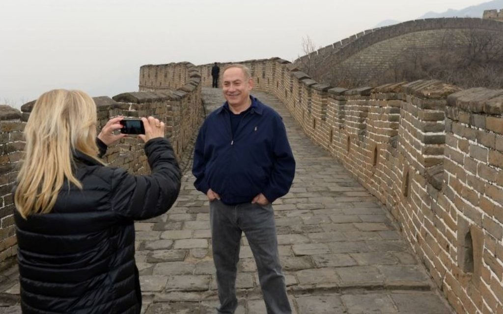 Sara Netanyahu takes pictures using her mobile phone of her husband, Prime Minister Benjamin Netanyahu during a visit at the Great Wall of China in Beijing on March 22, 2017. (Haim Zach/GPO/Flash90)