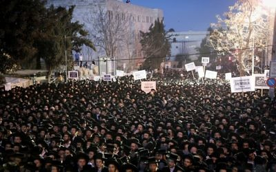 Thousands of ultra-Orthodox Jews, protesting the arrest of ultra-Orthodox draft dodgers, hold a rally against army recruitment in Jerusalem, March 28, 2017. (Yonatan Sindel/Flash90)