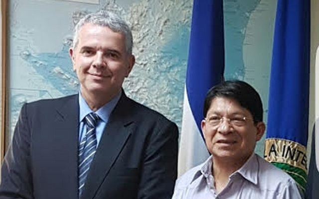 Nicaragua's Foreign Minister Denis Moncada Colindres, right, with the Israeli Foreign Ministry's deputy director general for Latin America, Modi Ephraim, in Managua, March 2017. (Courtesy Foreign Ministry of Nicaragua)