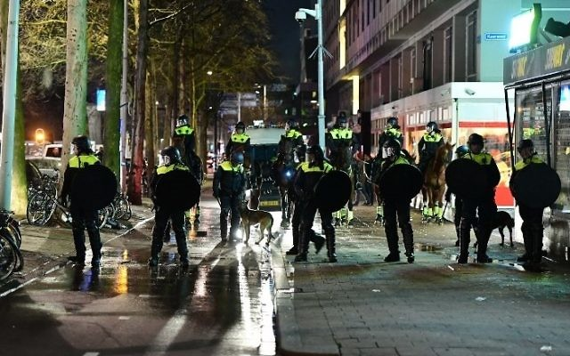Illustrative photo of Dutch police in the port city of Rotterdam, March 12, 2017. (AFP Photo/Emmanuel Dunand)