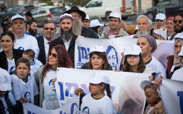 Families of patients from the pediatric hemato-oncology unit at Jerusalem's Hadassah Hospital, Ein Kerem,  demonstrate in support of the unit's director Prof. Michael Weintraub, near the capital's Ministry of Health on February 9, 2017. (Yonatan Sindel/Flash90