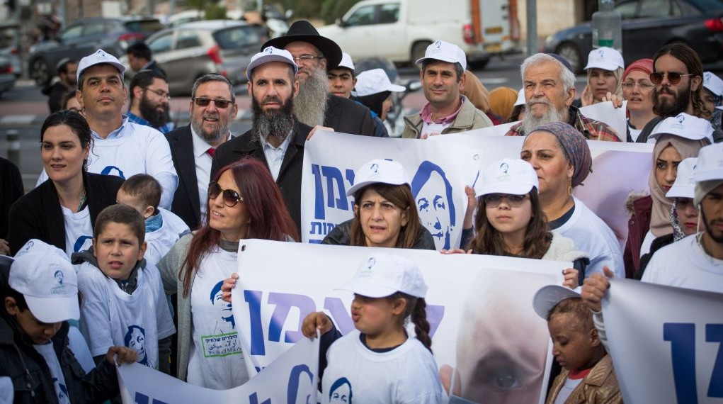 Families of patients from the pediatric hemato-oncology unit at Jerusalem's Hadassah Hospital, Ein Kerem, demonstrate in support of the unit's director Prof. Michael Weintraub, near the capital's Ministry of Health on February 9, 2017. Photo by Yonatan Sindel/Flash90