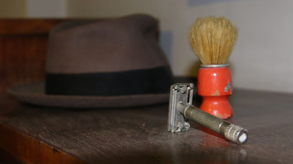 Stern's shaving brush, hat and razor on display in the Lehi Museum. (Shmuel Bar-Am)