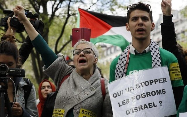 Protesters shout slogans as they demonstrate against Israel on the Place du Chatelet in Paris, on April 1, 2017. (AFP/Thomas Samson)