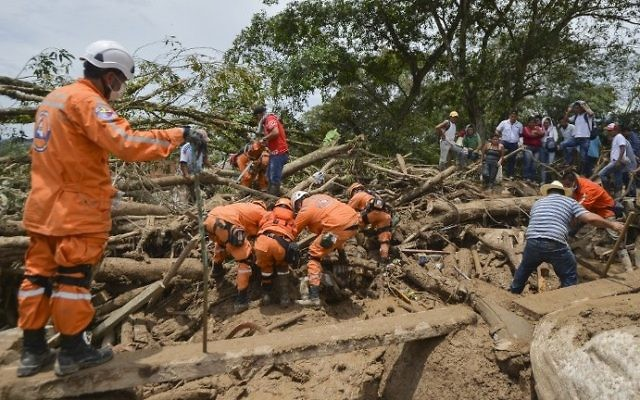 Rescuers search for victims following mudslides caused by heavy rains in Mocoa, Putumayo department, southern Colombia on April 2, 2017. (AFP PHOTO / LUIS ROBAYO)