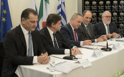 (L-R) Cypriot Minister of Energy, Commerce, Industry and Tourism, Yiorgos Lakkotrypis, Italian Economy Minister Carlo Calenda, Israeli Energy Minister Yuval Steinitz, EU Commissioner of Climate Action and Energy Miguel Arias Canete, and Greek Economy minister Giorgos Stathakis sign an accord during a joint press conference following an energy summit in Tel Aviv on April 3, 2017. (AFP PHOTO / JACK GUEZ)