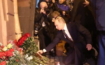 Russian President Vladimir Putin places flowers in memory of victims of the blast in the Saint Petersburg metro outside Technological Institute station on April 3, 2017. (AFP Photo/STR)