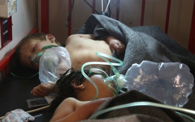 Syrian children receive treatment following a suspected toxic gas attack in Khan Sheikhun, a rebel-held town in the northwestern Syrian Idlib province, on April 4, 2017 (AFP PHOTO / Mohamed al-Bakour)