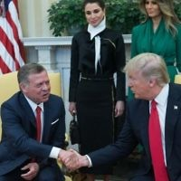 US President Donald Trump (R) shakes hands with King Abdullah II of Jordan in the Oval Office at the White House as First Lady Melania Trump and Queen Rania look on. April 5, 2017. (AFP/Nicholas Kamm)