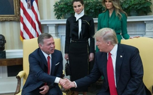 US President Donald Trump (R) shakes hands with King Abdullah II of Jordan in the Oval Office at the White House as First Lady Melania Trump and Queen Rania look on in Washington, DC, on April 5, 2017. (AFP PHOTO / NICHOLAS KAMM)