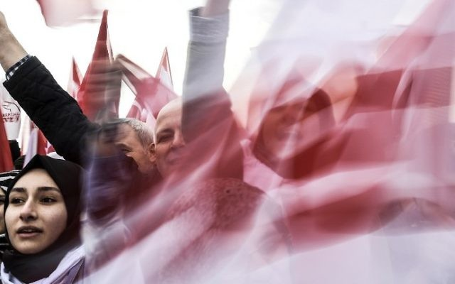 """People wave """"YES"""" banners and Turkish national flags on April 8, 2017 during a campaign rally for the """"yes"""" vote in a constitutional referendum in Istanbul. (AFP PHOTO / BULENT KILIC)"""