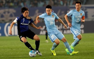 Yang Xiaotian (center) of Jiangsu FC fights for the ball with Yasuhito Endo (left) of Japan's Gamba Osaka during their AFC Champions League football match in Nanjing, China, on April 11, 2017. (AFP/Str)