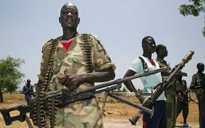 Members of the opposition troops hold weapons near their base in Thonyor, South Sudan, on April 11, 2017. (AFP Photo/Albert Gonzalez Farran)