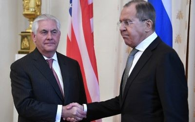 Russian Foreign Minister Sergei Lavrov (R) welcomes US Secretary of State Rex Tillerson before a meeting in Moscow on April 12, 2017.  (AFP PHOTO / Alexander NEMENOV)