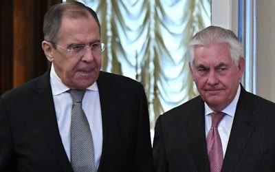 Russian Foreign Minister Sergei Lavrov (L) and US Secretary of State Rex Tillerson enter a hall during a meeting in Moscow on April 12, 2017. (AFP PHOTO / Alexander NEMENOV)