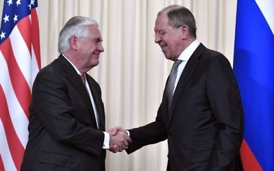 Russian Foreign Minister Sergei Lavrov (R) shakes hands with US Secretary of State Rex Tillerson after a press conference in Moscow on April 12, 2017. (AFP Photo/Alexander Nemenov)