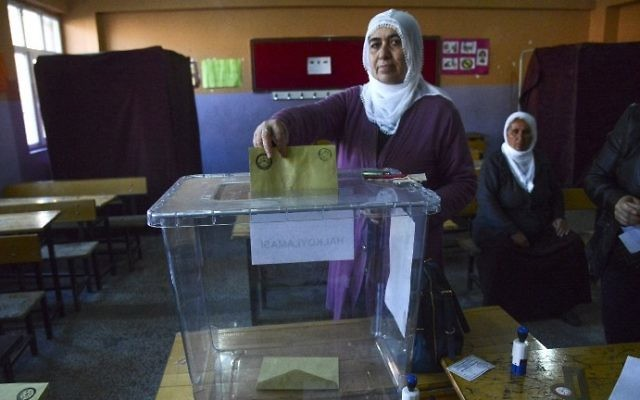 A Kurdish woman votes in Turkey's tightly-contested referendum on expanding the powers of President Recep Tayyip Erdogan, April 16, 2017, in Diyarbakir.  (AFP Photo/Ilyas Akengin)