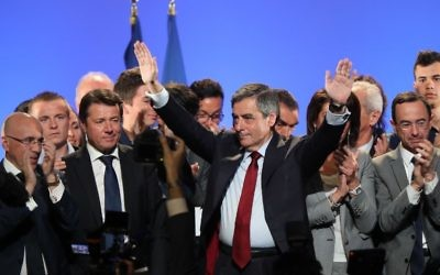 Francois Fillon (C), the French presidential candidate for the right-wing Les Republicains (LR) party, gestures after delivering a speech during a campaign meeting in Nice, southeastern France, April 17, 2017. (AFP PHOTO / Valery HACHE)