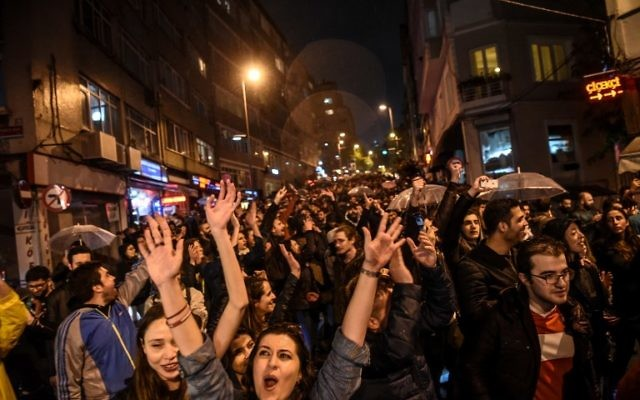 Supporters of the 'No' side gesture and shout as they gather at the Besiktas district in Istanbul on April 17, 2017 to protest following the results in a nationwide referendum that will determine Turkey's future destiny. (AFP/Ozan Kose)