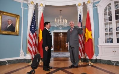 US Secretary of State Rex Tillerson, right, waves after he and Vietnamese Deputy Prime Minister and Foreign Minister Pham Binh Minh posed for photos in the Treaty Room of the State Department in Washington, DC on April 20, 2017. (AFP/ MANDEL NGAN)