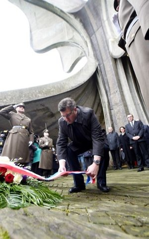 Croatian Prime Minister Andrej Plenkovic lay a wreath of flowers during a ceremony in honor of the victims of Croatia's most brutal World War II death camp in Jasenovac, on April 23, 2017. (Stringer/AFP)