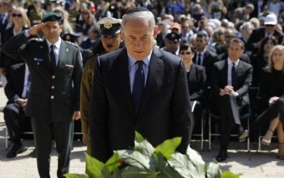 Prime Minister Benjamin Netanyahu lays a wreath during a ceremony marking the annual Holocaust Remembrance Day at the Yad Vashem Holocaust Memorial in Jerusalem on April 24, 2017. (AFP Photo/Pool/Amir Cohen)