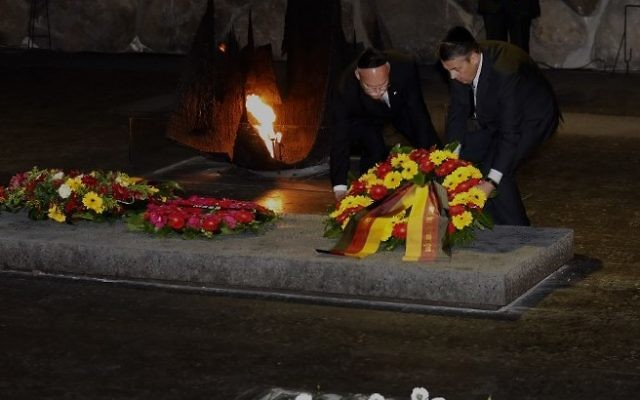 German Foreign Minister Sigmar Gabriel, right, and German Ambassador to Israel, Clemens von Goetze, lay a wreath at the Hall of Remembrance at the Yad Vashem Holocaust Memorial museum in Jerusalem, April 24, 2017. (AFP/GALI TIBBON)