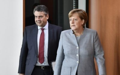 German Chancellor Angela Merkel (R) and German Vice Chancellor and Foreign Minister Sigmar Gabriel arrive for the weekly Cabinet Meeting in Berlin, on April 26, 2017. (AFP/John MacDougall)