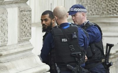 Firearms officiers from the British police detain a man on Whitehall near the Houses of Parliament in central London on April 27, 2017 before being taken away by police. (AFP/Niklas Halle'n)