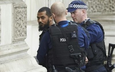 Firearms officiers from the British police detain Khalid Mohamed Omar Ali on Whitehall near the Houses of Parliament in central London on April 27, 2017 before being taken away by police. (AFP/Niklas Halle'n)