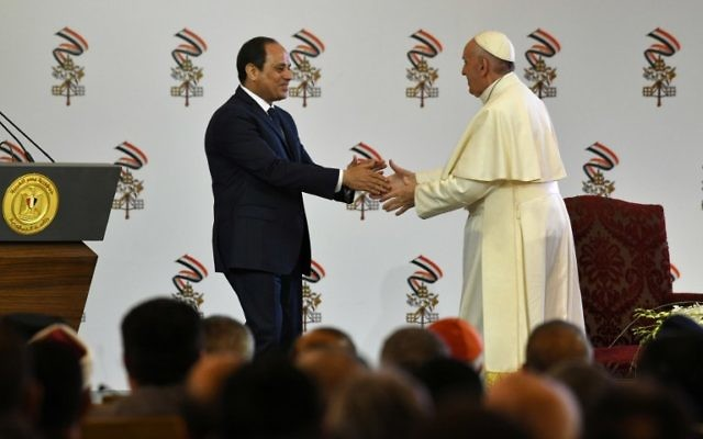 Pope Francis (R) shakes hands with Egyptian President Abdel Fattah al-Sisi during a meeting in Cairo on April 28, 2017. (Andreas Solaro/AFP)